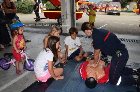 Photographe événementiel Pour Un Centre De Secours En Savoie : Démonstration De Réanimation Devant Des Enfants