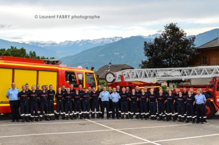 Photographe Pour Un Centre De Secours En Savoie : Photo De Groupe Du Centre De Secours Devant Deux Véhicules, Fourgon Et Grande échelle