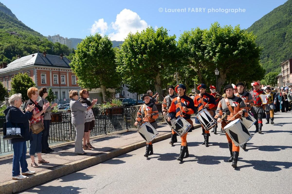 Photographe tourisme en Tarentaise : DéŽfiléŽ du carnaval de Verrès sur un pont de Moûtiers