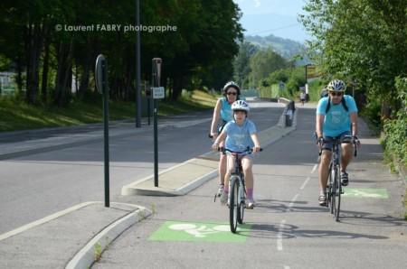 Photographe Urbanisme à Chambéry : Une Famille Circule Sur Une Piste Cyclable à Barby