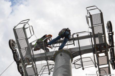 Photographe événementiel à Albertville : Deux Personnes Se Trouvent En Rappel Sur La Plateforme Du Pylone De Remontée Mécanique