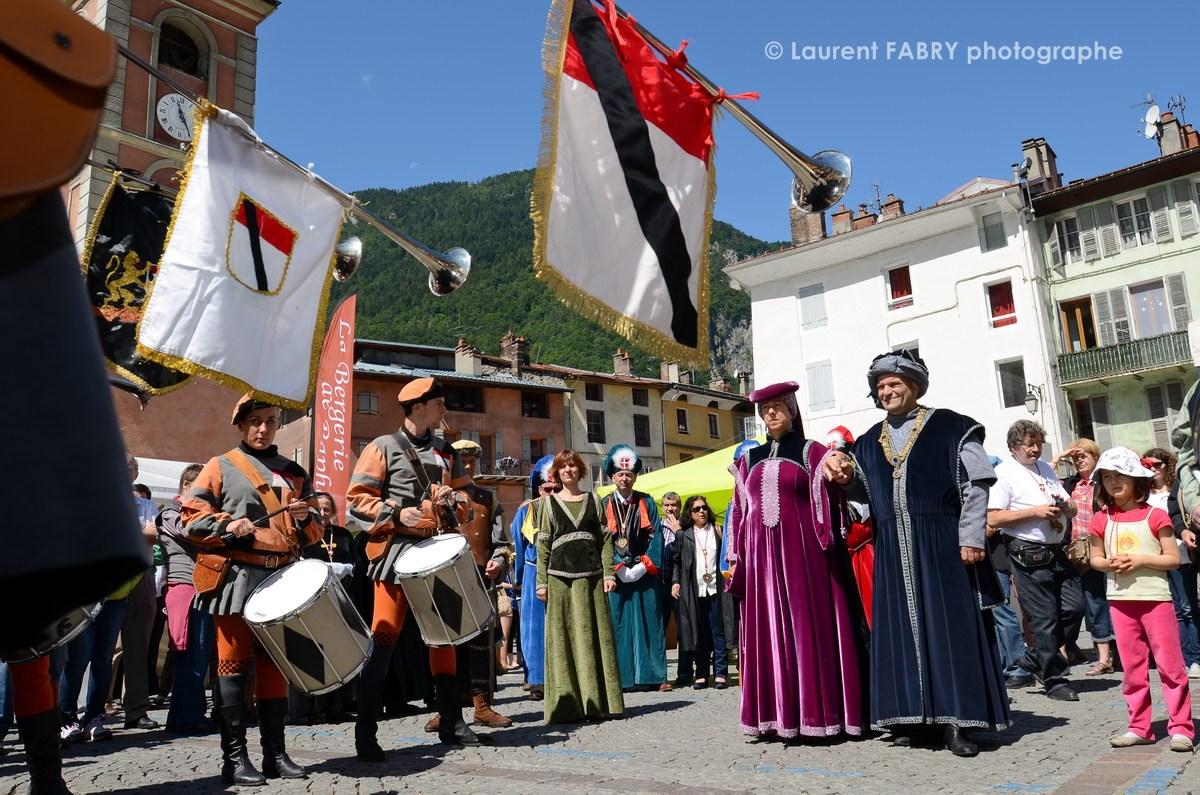 Photographe tourisme en Tarentaise : DéŽfiléŽ du carnaval de Verrès, ville italienne jumelŽée avec Možûtiers, accompagnéŽ des membres du Sarto Savoyard, arrivée près de la cathédrale