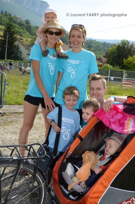 Photographe Urbanisme à Chambéry : Des Amis Et Leurs Enfants Font Une Pose Pendant La Randonnée à Vélo