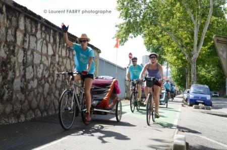 Photographe Urbanisme à Chambéry : Des Cyclistes Parcourent Une Piste Cyclable Près De La Gare à Chambéry