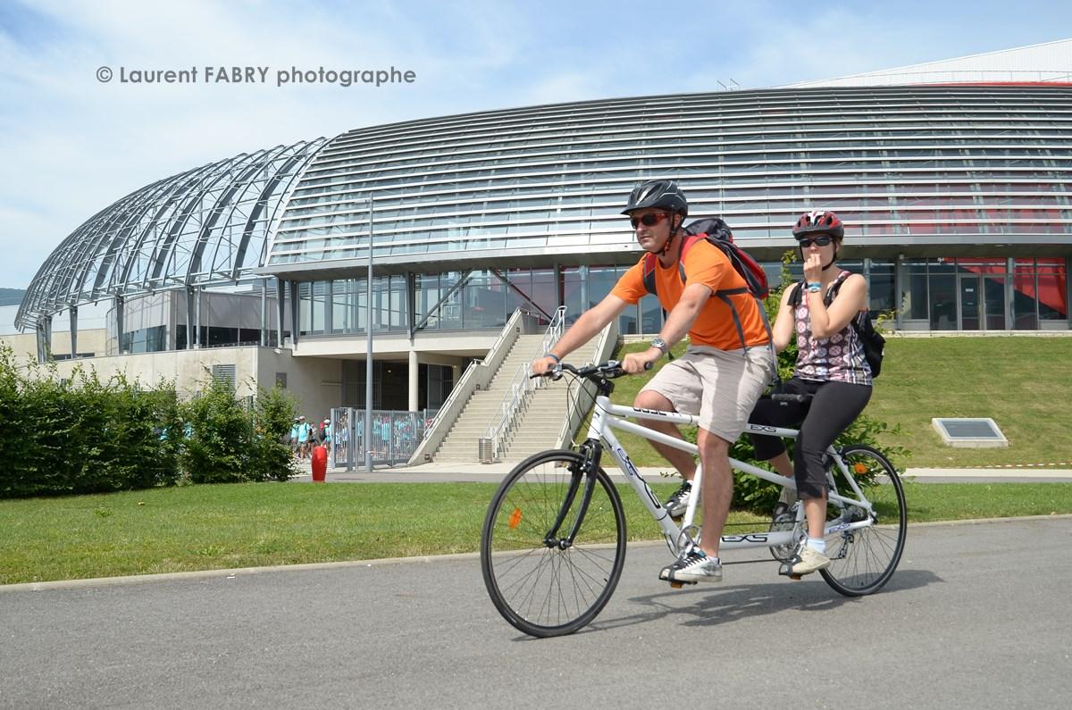 Photographe urbanisme à Chambéry : un tandem à vélo repart après le ravitaillement au Phare, Savoie Expo