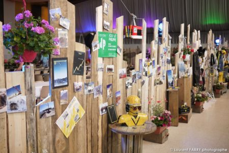 Photographe événementiel à Albertville : Une Palissade A été Installée Pour Présenter Toute L'exposition Retraçant L'historique De La Société