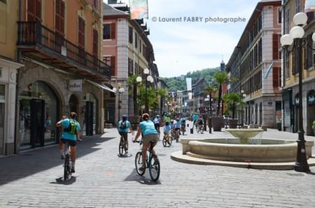 Photographe Urbanisme à Chambéry : Des Hordes De Cyclistes Au Tee-shirt Bleu Roulent Dans Les Rues Piétonnes De Chambéry