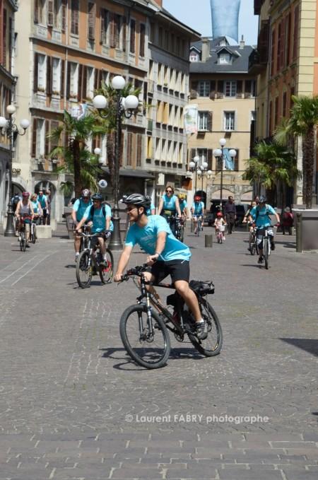 Photographe Urbanisme à Chambéry : De Nombreux Cyclistes Au Tee-shirt Bleu Circulent Place Saint Léger à Chambéry