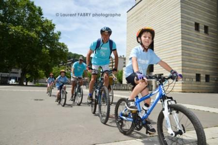 Photographe Urbanisme à Chambéry : Des Cyclistes Passent Près De L'espace Malraux à Chambéry