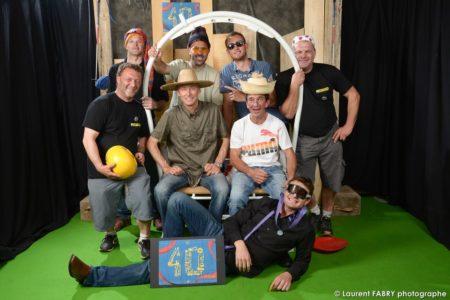Photographe événementiel à Albertville : Dirigeants Et Personnels De L'entreprise Posent Avec Accessoires De Travaux Et De Ski Pour Le Photographe De La Soirée