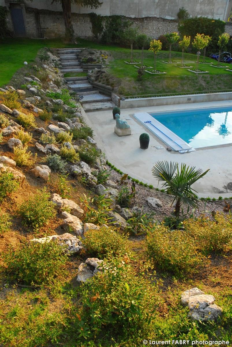 Photographe Architecte Paysagiste : Le Jardin Et Sa Piscine Vus Depuis Le Talus