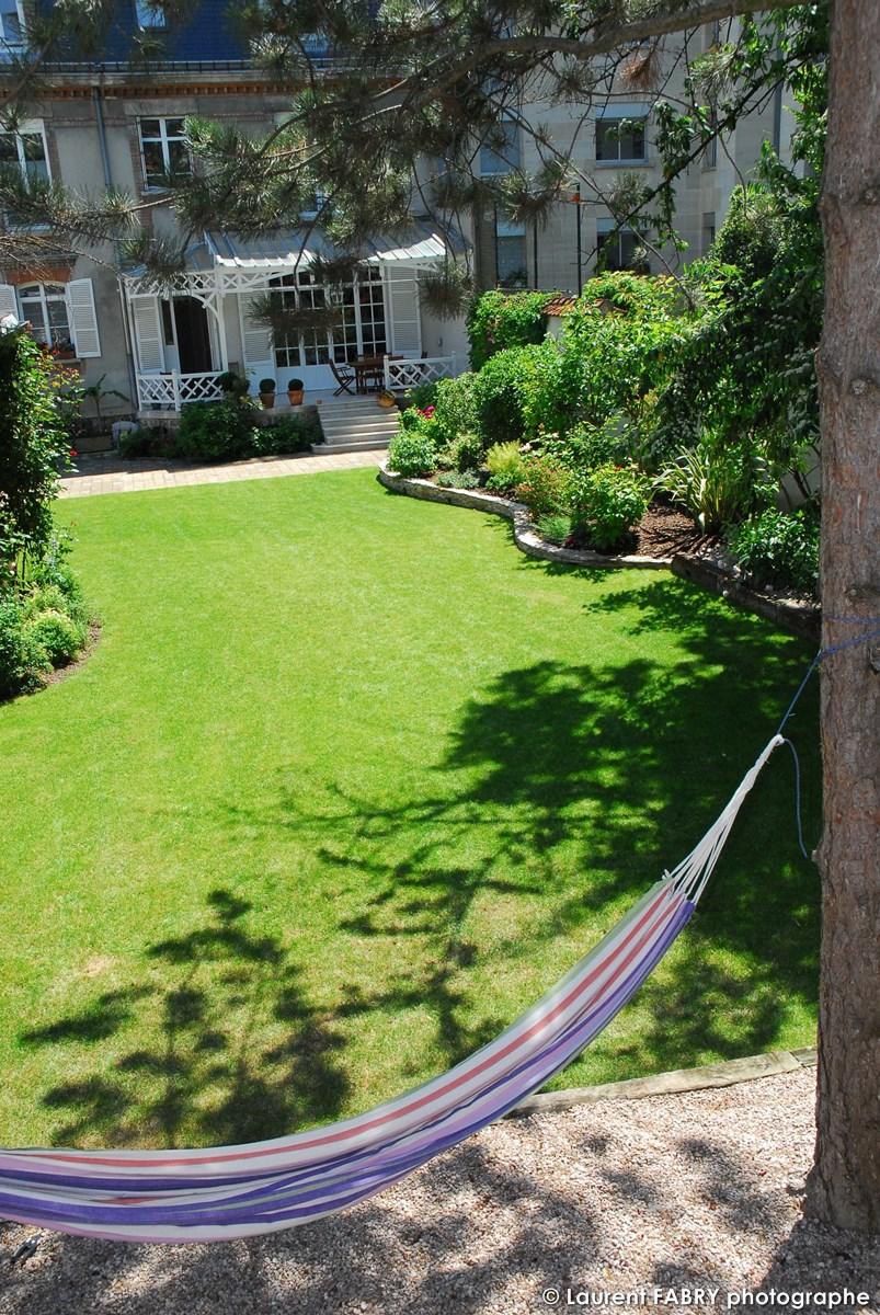 Photographe Architecte Paysagiste : Le Hamac à L'ombre Dans Un Espace Non Engazonné Du Jardin