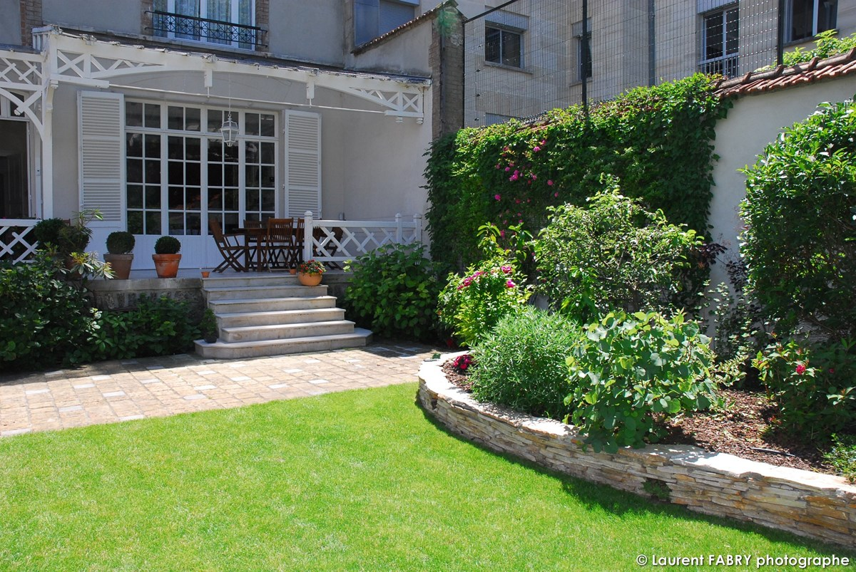 Photographe Architecte Paysagiste : La Maison Côté Jardin, Avec Sa Bordure En Murets De Pierres