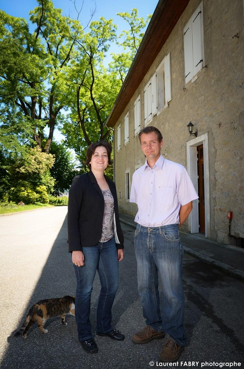 Vignerons De Saint-Jean-de-la-porte Posant Pour Un Portrait Professionnel Dans Leur Domaine