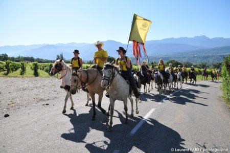 Une équipe De Cavaliers Remonte La Route Depuis Albigny Devant Le Photographe Lors Du Rallye équestre