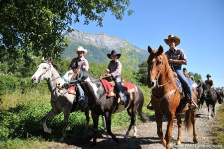 Reportage Photographe De Tourisme équestre Pour Cette Famille De Cavaliers Sous La Dent D'Arclusaz Lors Du Rallye équestre En Combe De Savoie