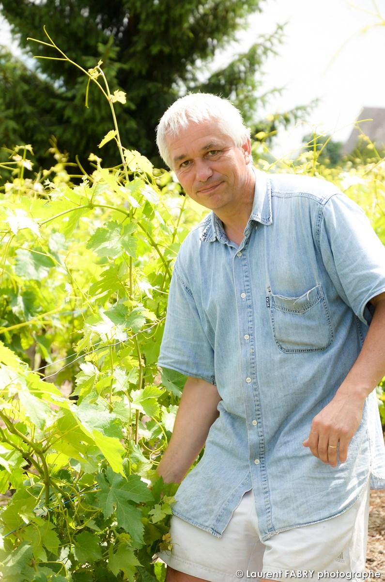 Portrait Professionnel En Situation Dans La Vigne De Ce Vigneron à Saint-Jean-de-la-porte