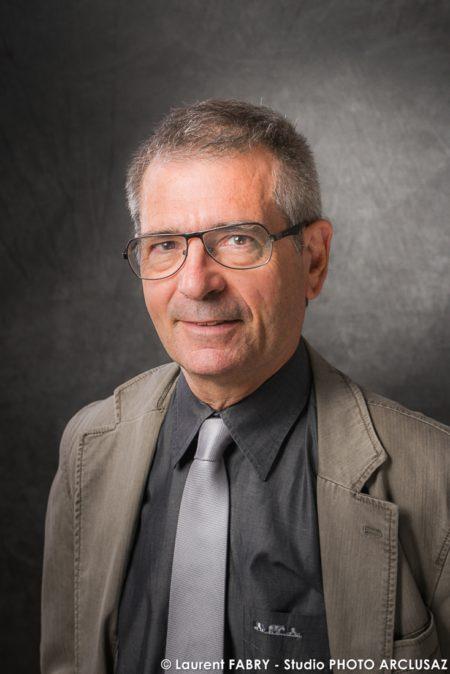 Portrait Professionnel D'une Personnalité Sur Fond Gris Texturé Dégradé