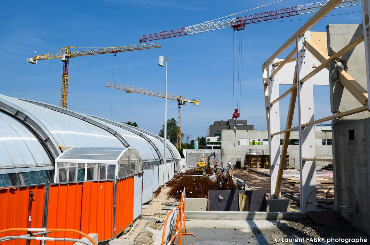 Photographe De Chantier à Aix-les-bains : Trois Grues Sont Visibles Sur Cette Photo Et La Piscine Reste En Fonctionnement