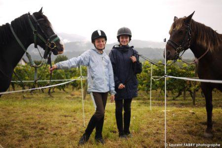 Deux Jeunes Cavalières Posent Devant Le Photographe De Tourisme équestre Près De Leur Cheval Avant Le Rallye
