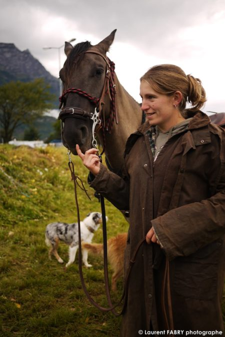 Portrait D'une Cavalière Et Son Cheval Sur Le Rallye Par Le Photographe De Tourisme équestre