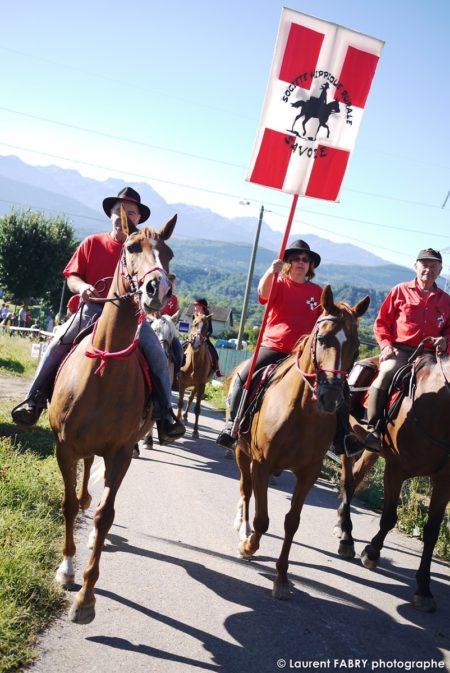 Le Photographe Spécialisé En Tourisme équestre Shoote Le Défilé De Cavaliers Lors Du Rallye Savoie Mont Blanc