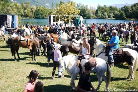 Foule Des Cavaliers Du Rallye équestre Lors De La Cérémonie De Remise Des Plaques Photographiée Au Bord Du Lac De Carouge à Saint-Pierre D'Albigny
