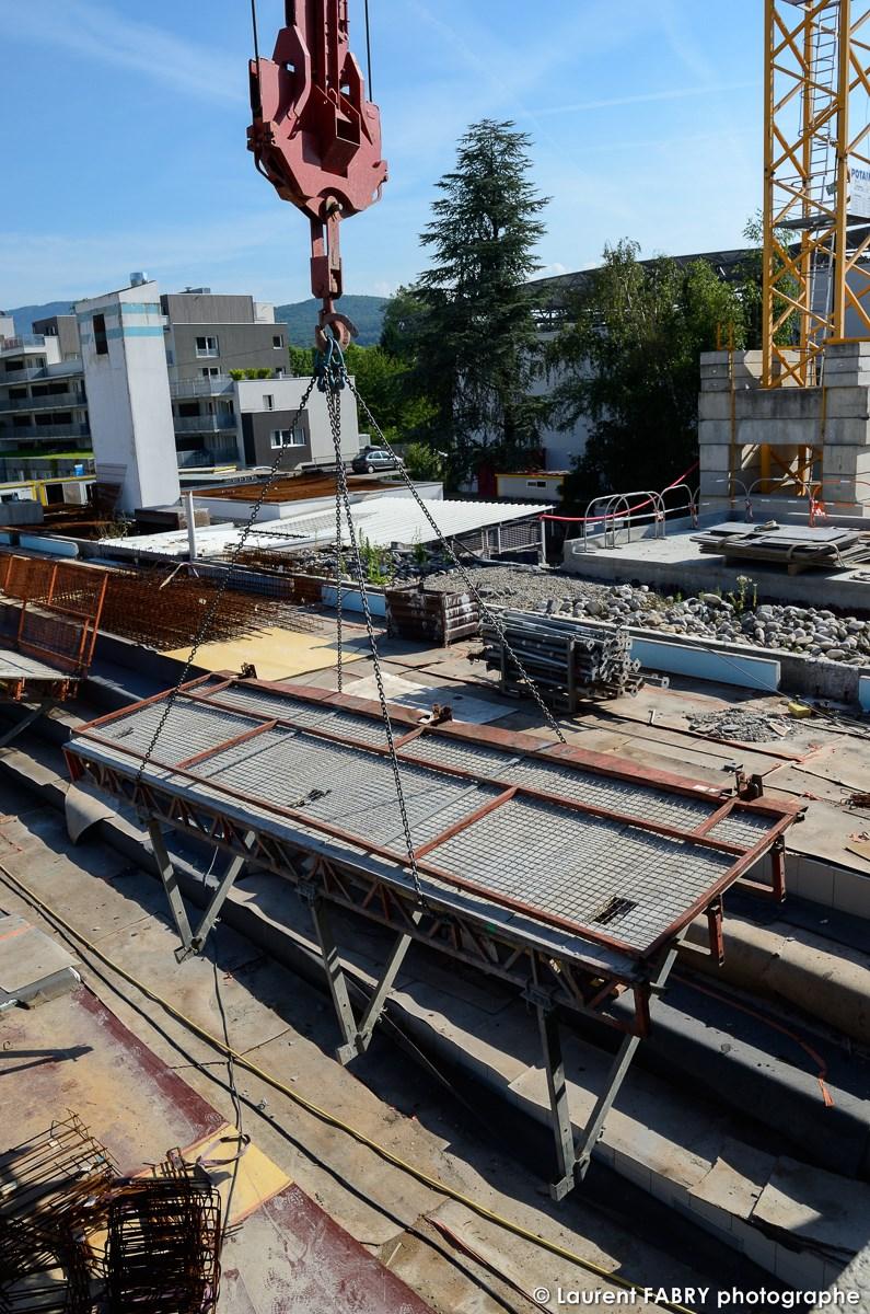 Photographe De Chantier à Aix-les-bains : Des équipements Sont Déplacés à L'aide D'une Grue