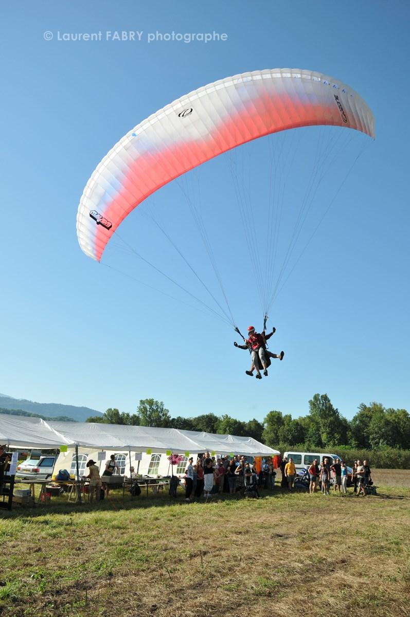 Photographe De Parapente En Combe De Savoie : Atterrissage D'un Parapente Biplace à Saint-Jean-de-la-porte