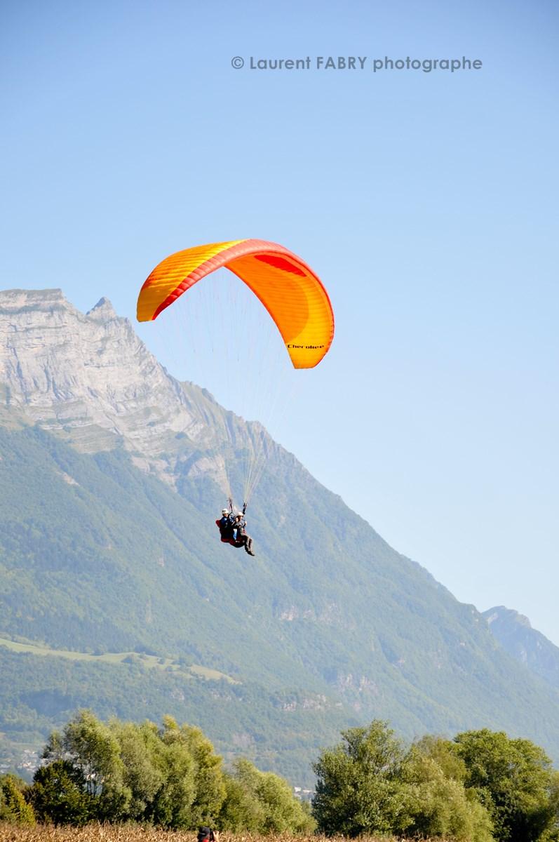 Photographe De Parapente En Combe De Savoie : Parapente Biplace En Vol Devant La Dent D'Arclusaz En Combe De Savoie