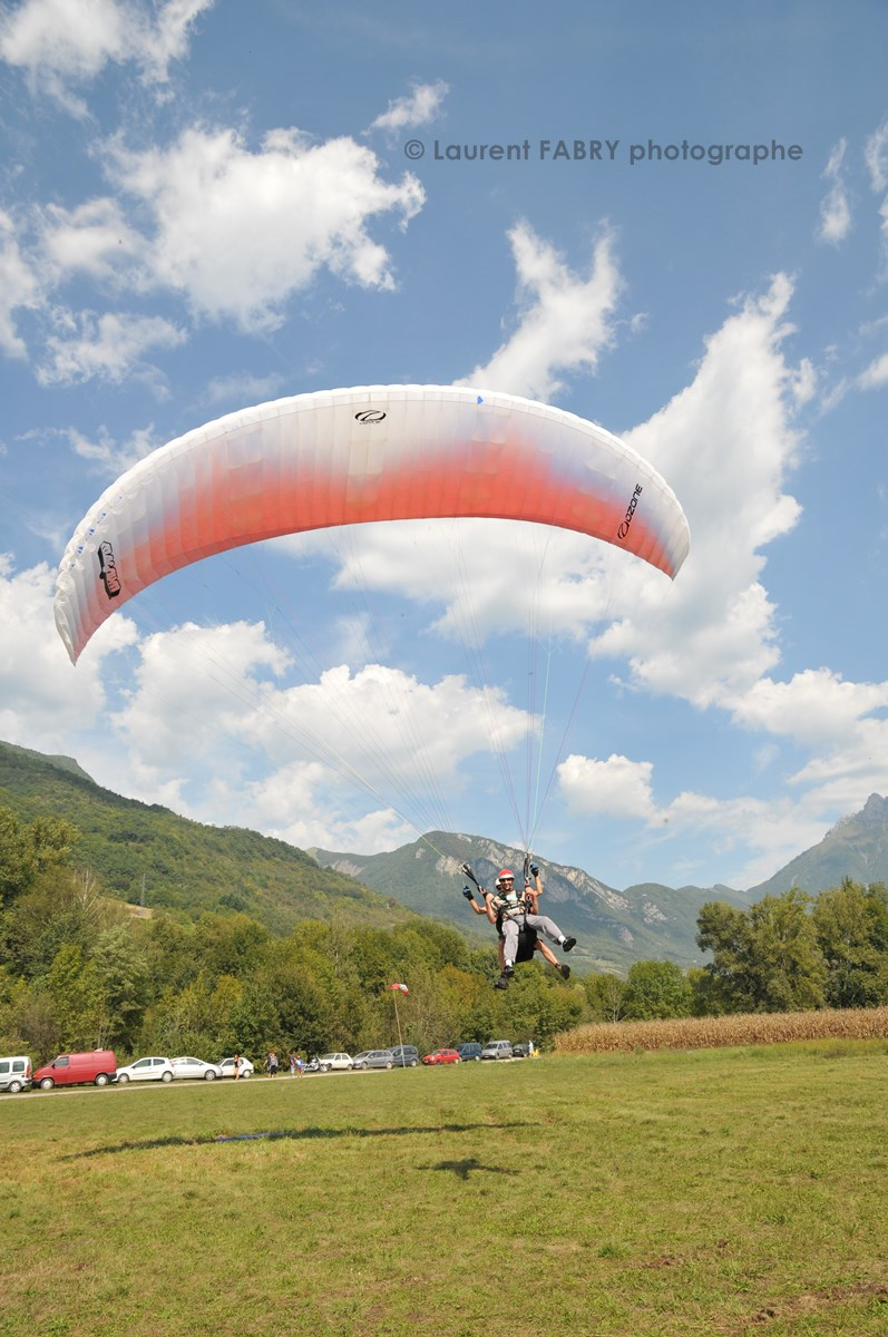 Photographe De Parapente En Combe De Savoie : Arrivée D'un Parapente Biplace En Combe De Savoie
