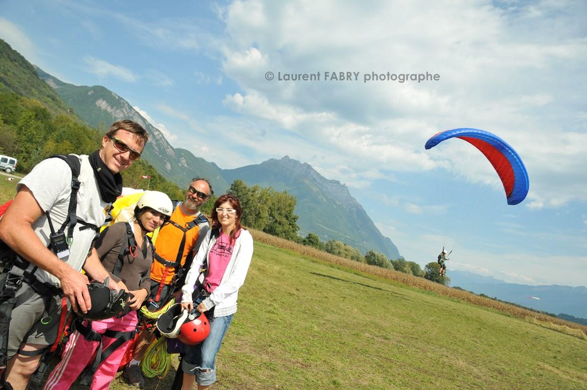 Photographe De Parapente En Combe De Savoie : Groupe De Parapentistes Après Leur Vol Biplace En Combe De Savoie Devant La Dent D'Arclusaz