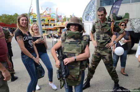 Photographe événementiel : Partie De Rigolade Sur Le Stand De L'armée à La Foire De Savoie
