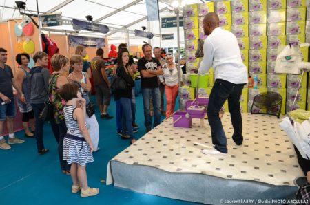 Photographe événementiel : Démonstrations Par Des Vendeurs Sous Les Chapiteaux De La Foire De Savoie