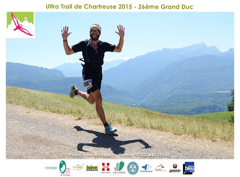Photographe De Trail En Chartreuse : Mains En L'air Devant Le Photographe De Trail !