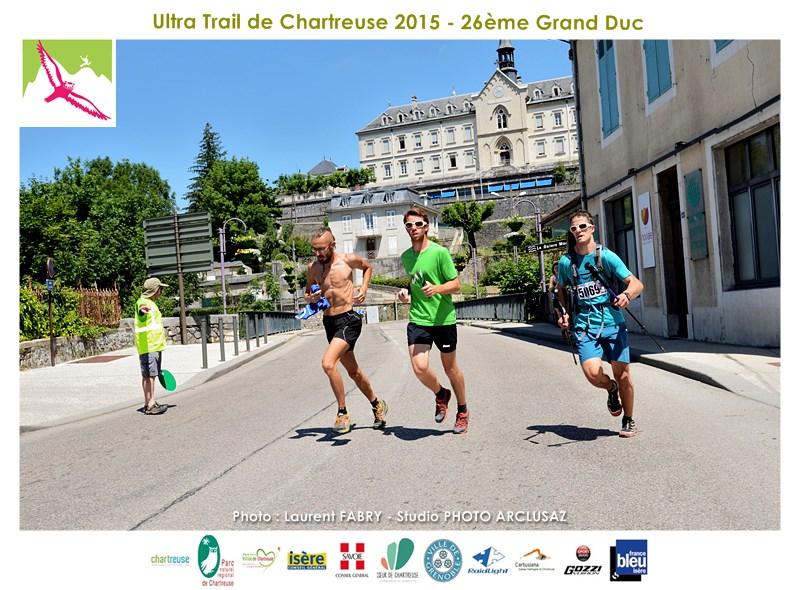 Photographe De Trail En Chartreuse : Plusieurs Coureurs Du Grand Duc De Chartreuse Traversent Saint-Laurent Du Pont