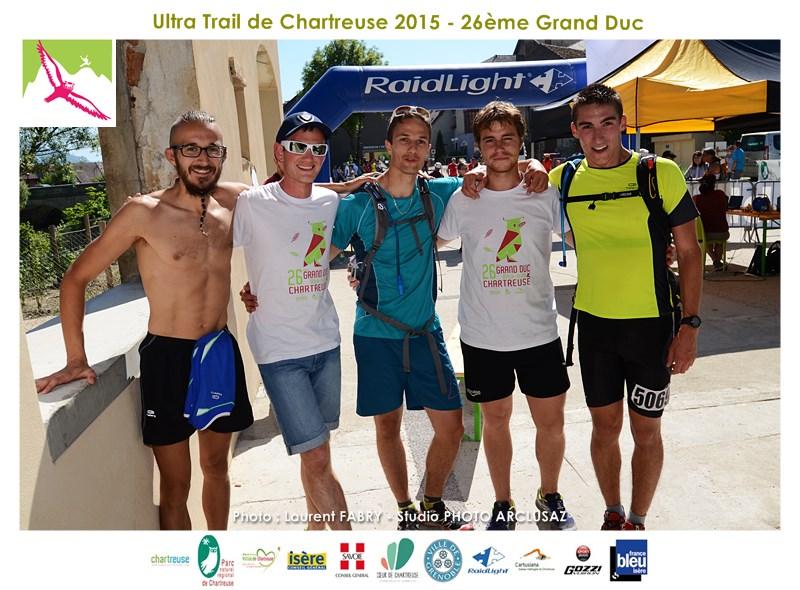 Photographe De Trail En Chartreuse : Les 5 Membres D'une équipe De Relai Se Réunit à L'arrivée Du Trail Du Grand Duc