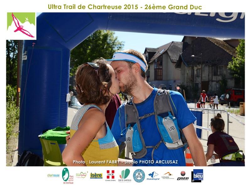 Photographe De Trail En Chartreuse : Un Couple De Trailers S'embrasse Sur La Ligne D'arrivée Du Trail Du Grand Duc De Chartreuse