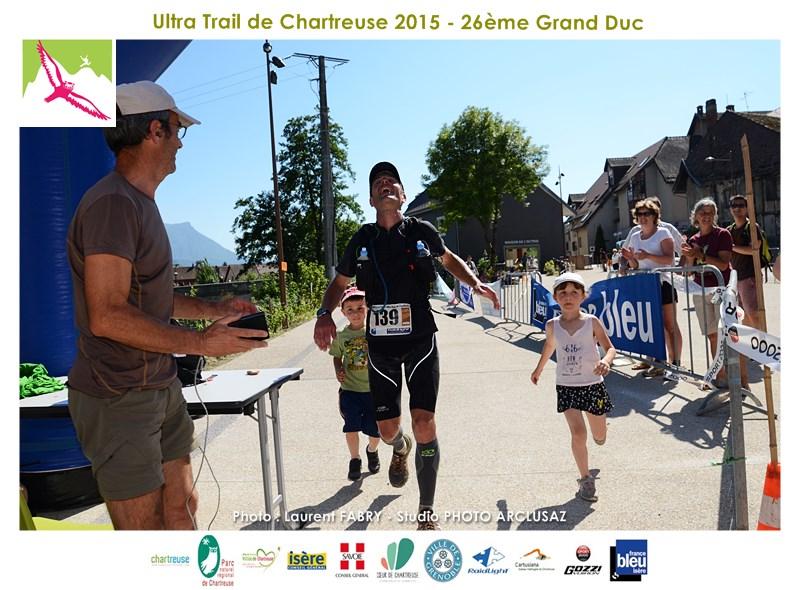 Photographe De Trail En Chartreuse : Un Coureur Arrive Avec Ses Enfants Et Termine Sa Course Avec Un Sourire Sur Le Trail Du Grand Duc De Charteuse