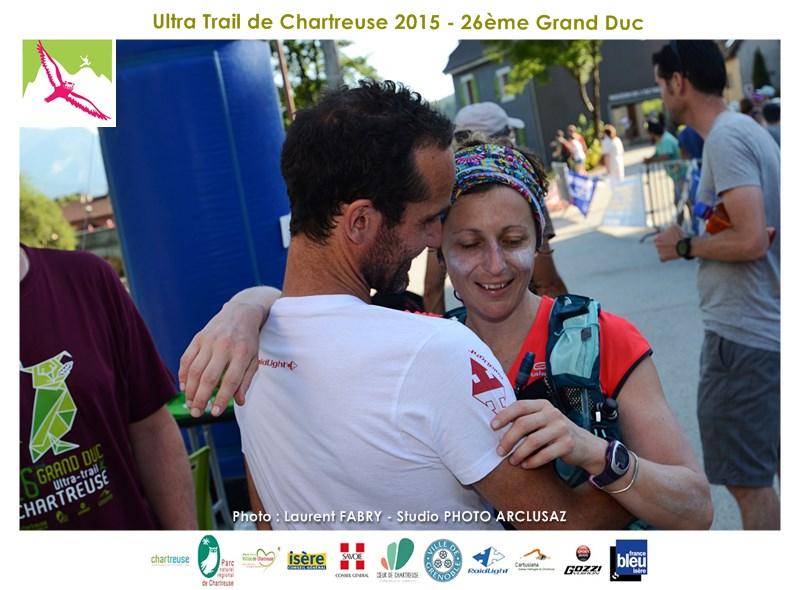 Photographe De Trail En Chartreuse : Un Traileur Accueille Une Femme Dans Ses Bras Pour Son Arrivée De La Course Du Trail Du Grand Duc De Chartreuse