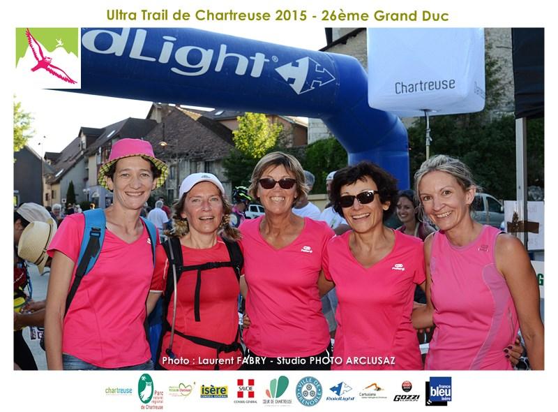 Photographe De Trail En Chartreuse : Un Groupe De Coureurs Du Grand Duc De Chartreuse Sur La Ligne D'arrivée De La Course