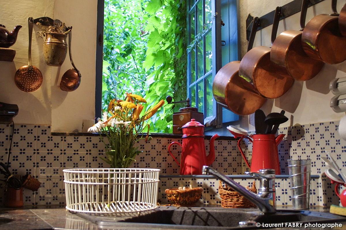 La Cuisine De La Maison D'hôtes Et Ses Ustensiles En Cuivre, Donne Directement Sur Le Jardin
