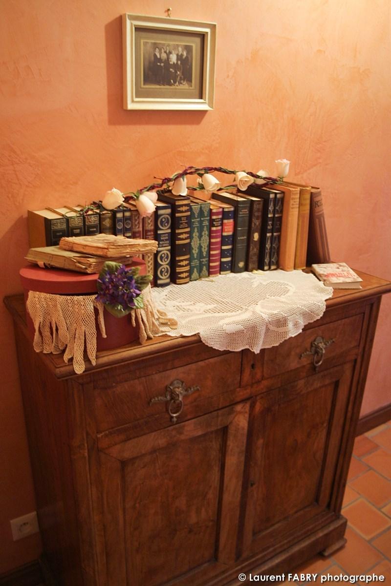 Une Commode Est Décorée De Quelques Livres Anciens Et Autres Décoratins Au Crochet
