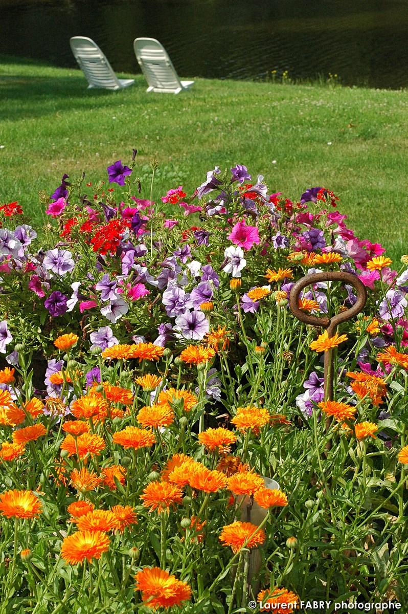 Les Massifs Fleuris Guident Le Regard Vers Le Bras De Rivière Quasiment Privatif Où Il Fait Bon Pêcher Ou Se Relaxer Sur Des Transats