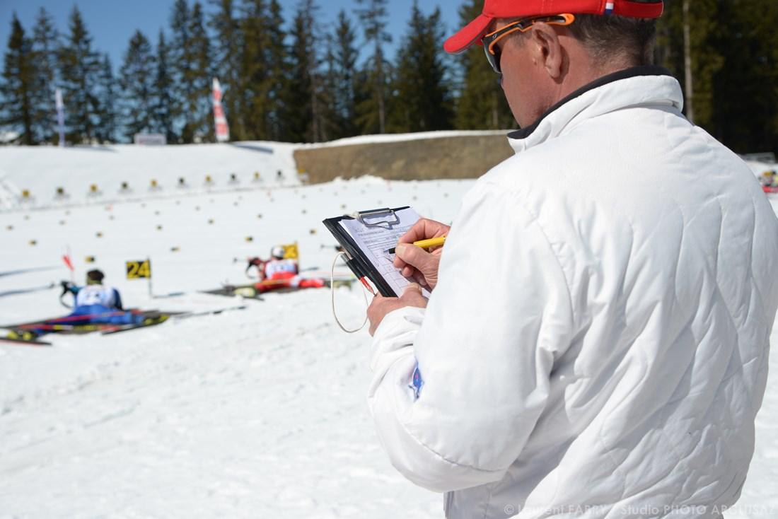 Photographe De Ski Nordique En Savoie : Un Juge Sur Une épreuve De Ski De Biathlon à Méribel