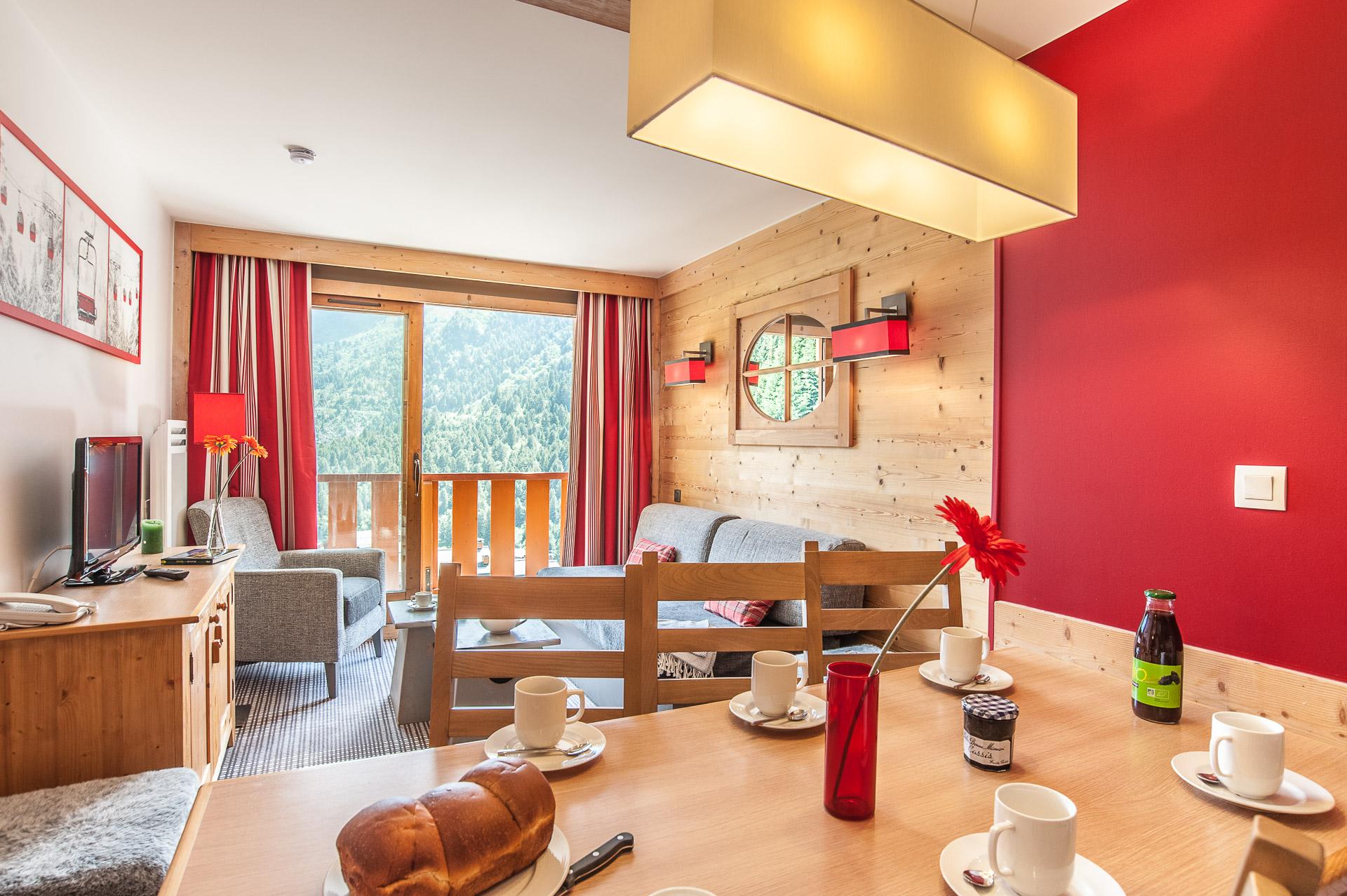 La Table Du Petit Déjeuner Est Dressée Dans Cet Appartement Dans Une Station Des Alpes