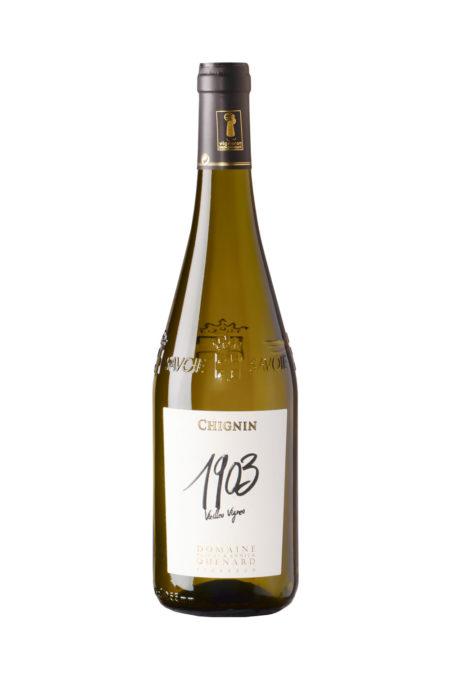 Bouteille De Vin De Savoie (Chignin) Photographiée En Studio Sur Fond Blanc