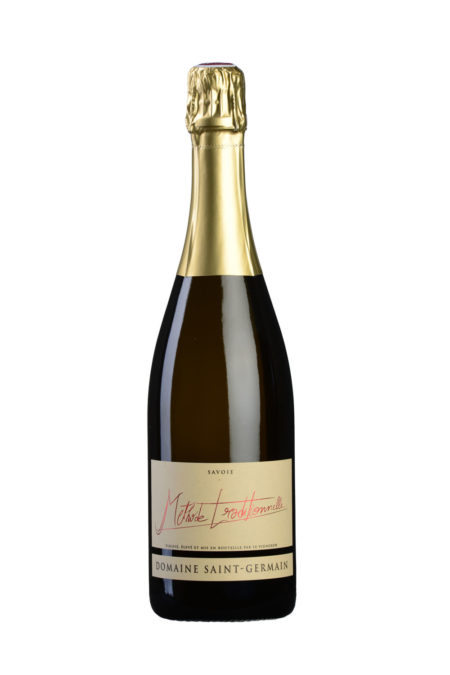 Bouteille De Vin De Savoie (méthode Traditionnelle) Photographiée En Studio Sur Fond Blanc