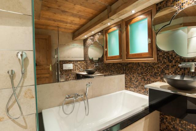 dans un chalet de montagne : salle de bain avec douche et ...