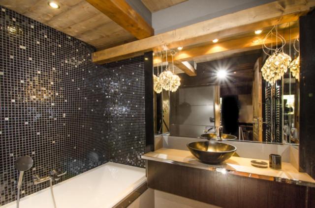 la salle de bain d\'une chambre de chalet de montagne ...